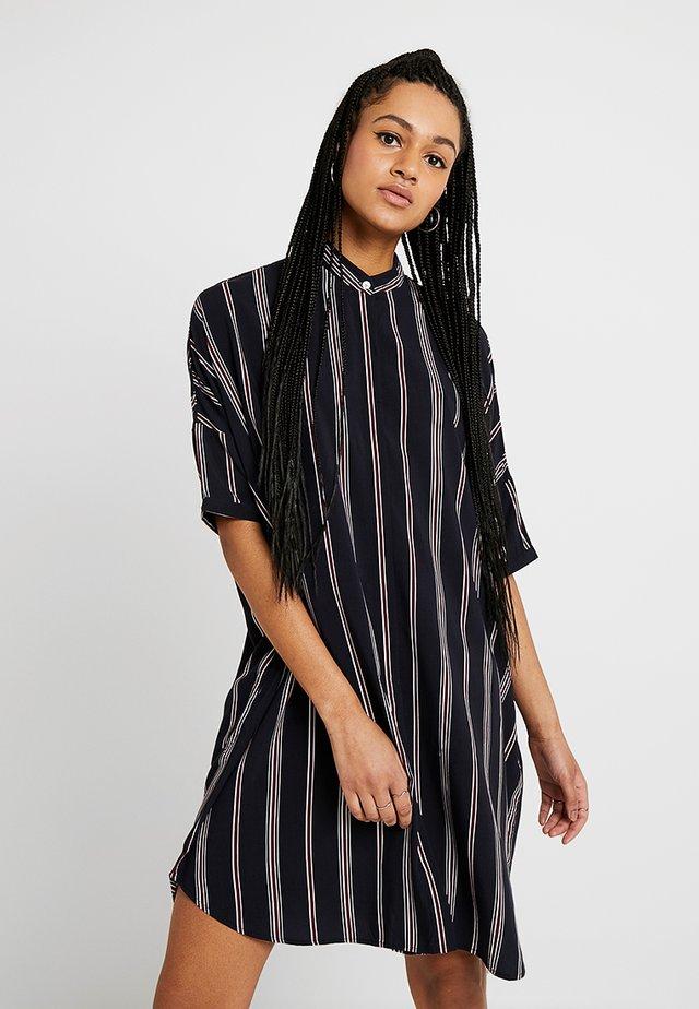 HUME PRINTED - Skjortklänning - darknavy/burgundy