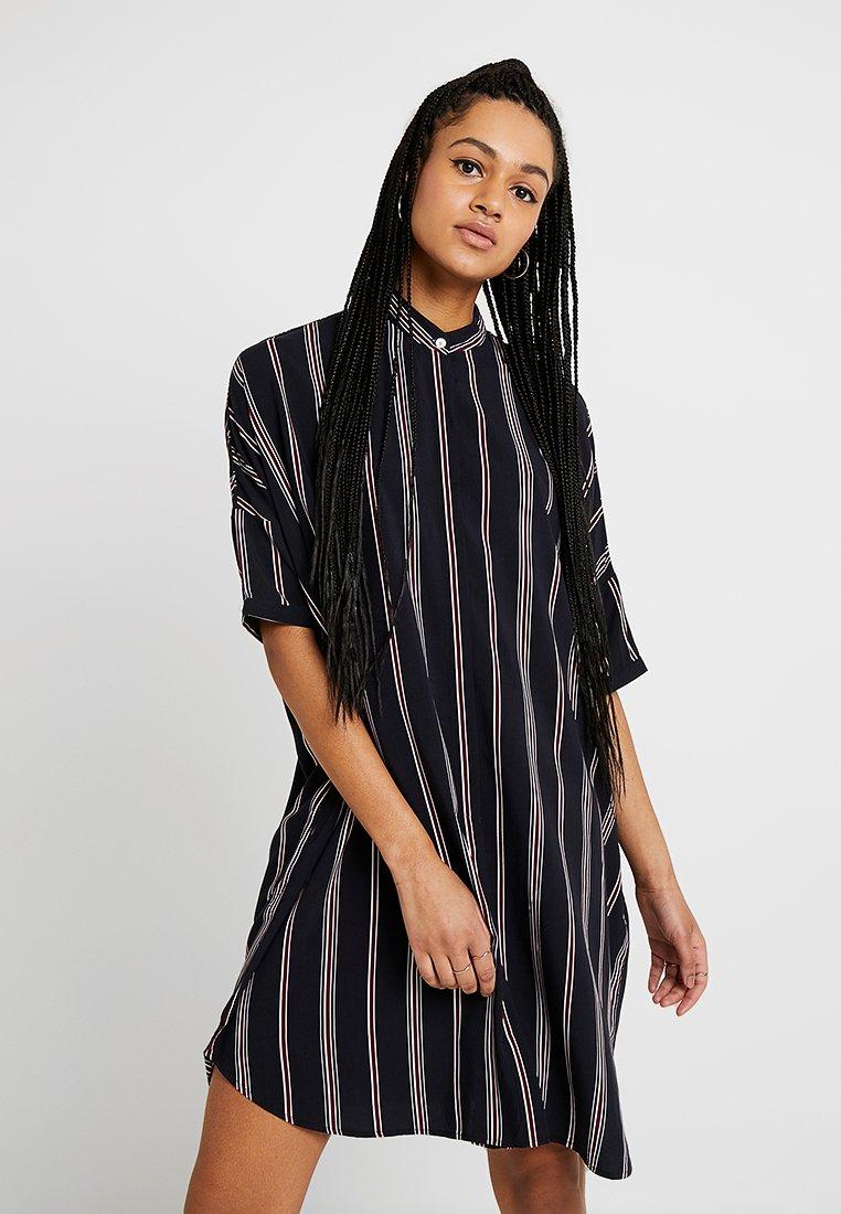 Wemoto - HUME PRINTED - Košilové šaty - darknavy/burgundy
