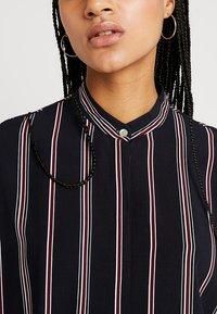 Wemoto - HUME PRINTED - Košilové šaty - darknavy/burgundy - 5