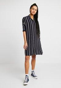 Wemoto - HUME PRINTED - Košilové šaty - darknavy/burgundy - 2