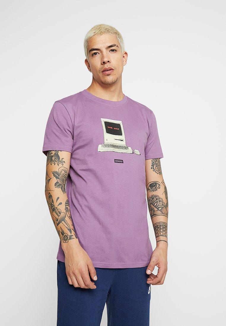 Wemoto - GAME OVER TEE - Camiseta estampada - grape