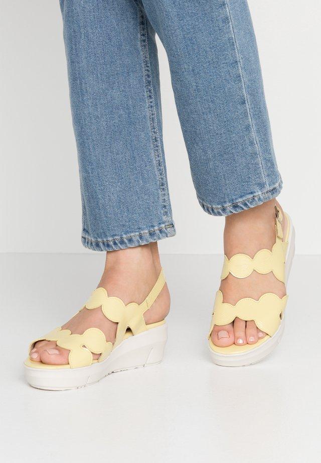 Sandály na platformě - sunny