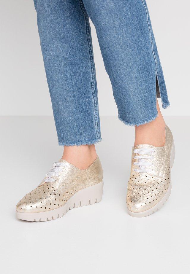 Šněrovací boty - platino