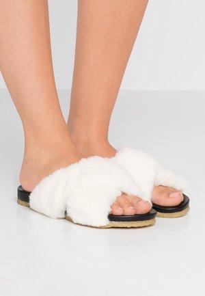 CARLEEN - Domácí obuv - white