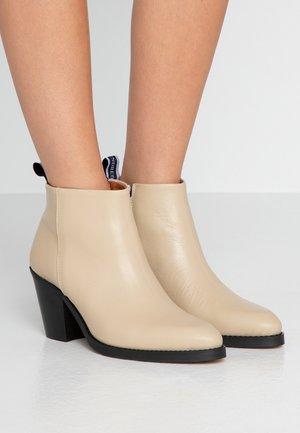 CARMEN - Ankelstøvler - crème