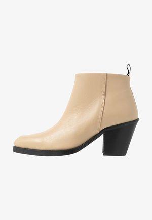 CARMEN - Kotníková obuv - crème