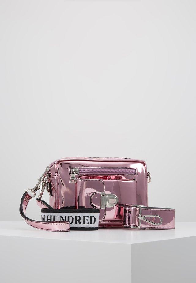 ATHEN  - Ledvinka - pink metallic