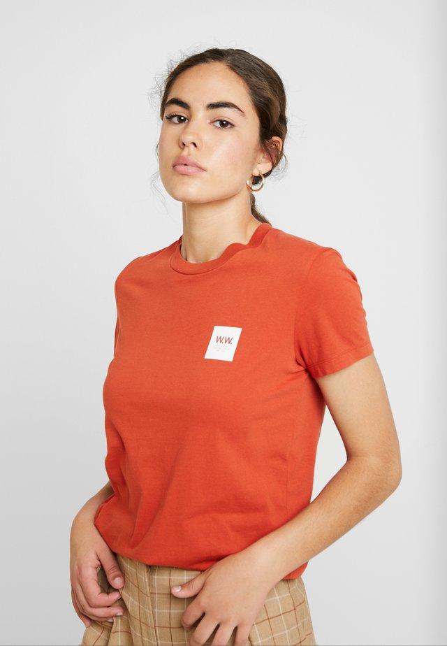EDEN - Print T-shirt - rust