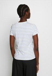 Wood Wood - UMA  - T-shirt z nadrukiem - off-white/blue stripes - 2