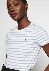 Wood Wood - UMA  - T-shirt z nadrukiem - off-white/blue stripes - 3