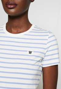 Wood Wood - UMA  - T-shirt z nadrukiem - off-white/blue stripes - 5