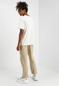 Wood Wood - BUZZ TROUSERS - Trousers - beige - 2