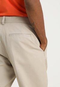 Wood Wood - TRISTAN TROUSERS - Kalhoty - light khaki - 3