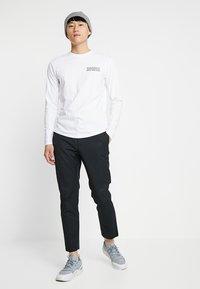 Wood Wood - TRISTAN TROUSERS - Trousers - black - 1
