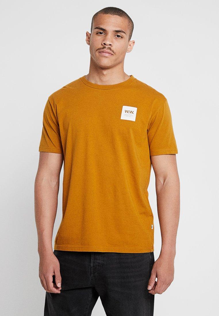Wood Wood - BOX  - Camiseta estampada - mustard