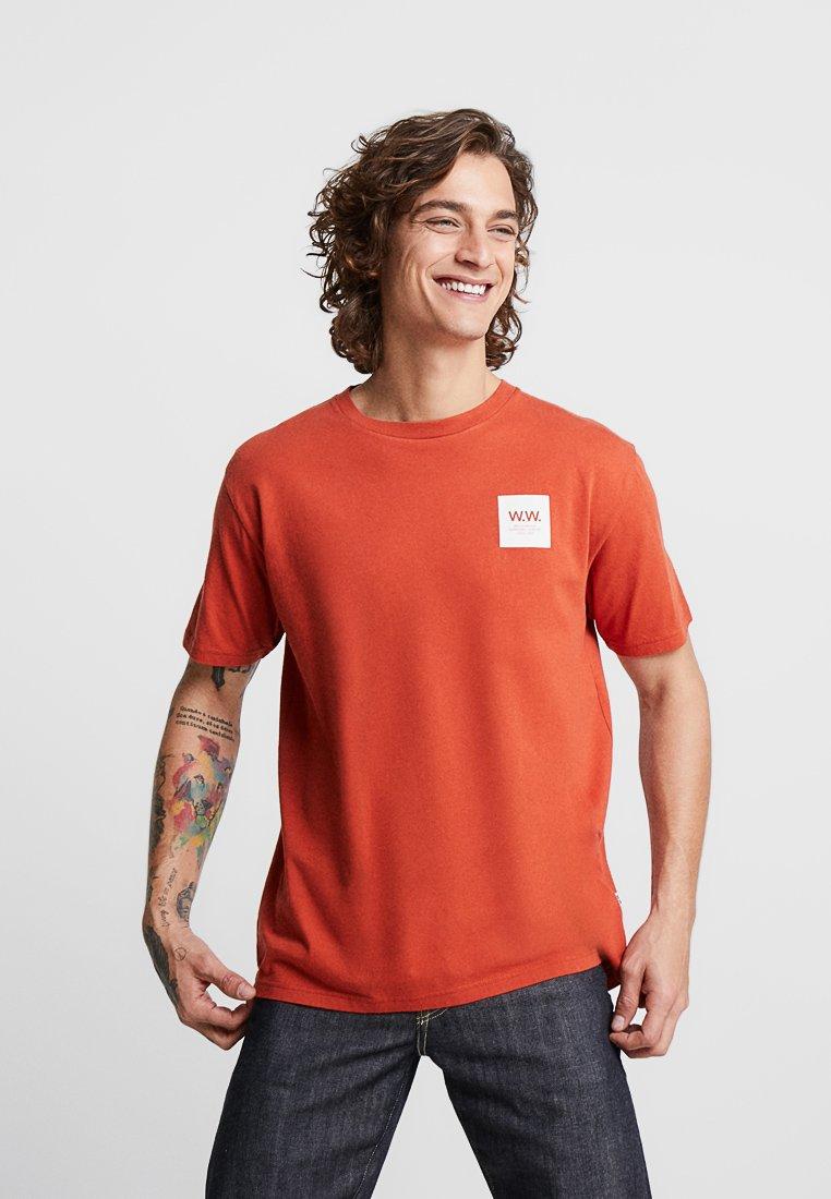 Wood Wood - BOX  - Print T-shirt - rust