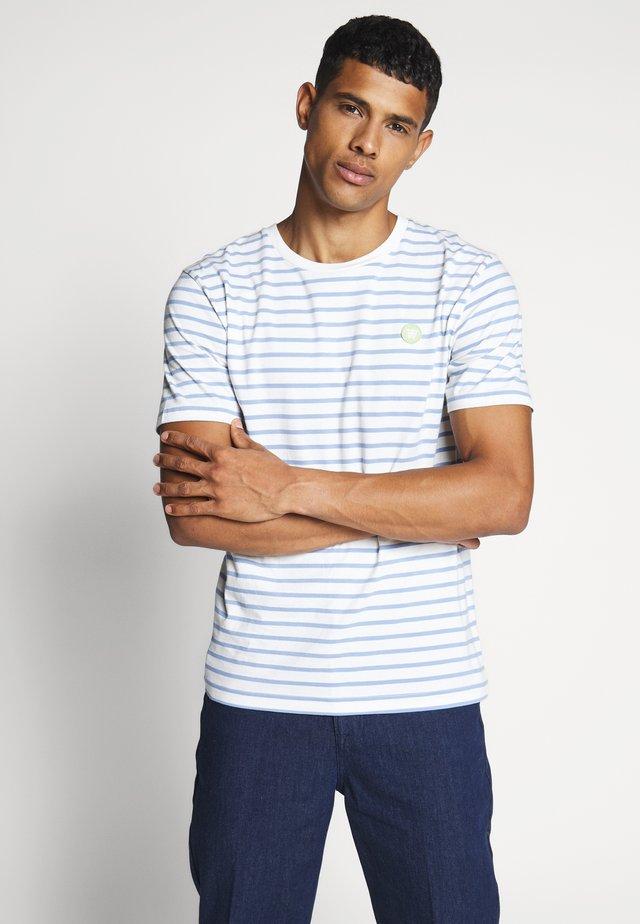 ACE - Print T-shirt - off-white/blue