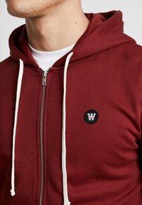 Wood Wood - DAN ZIP HOODIE - veste en sweat zippée - dark red - 4