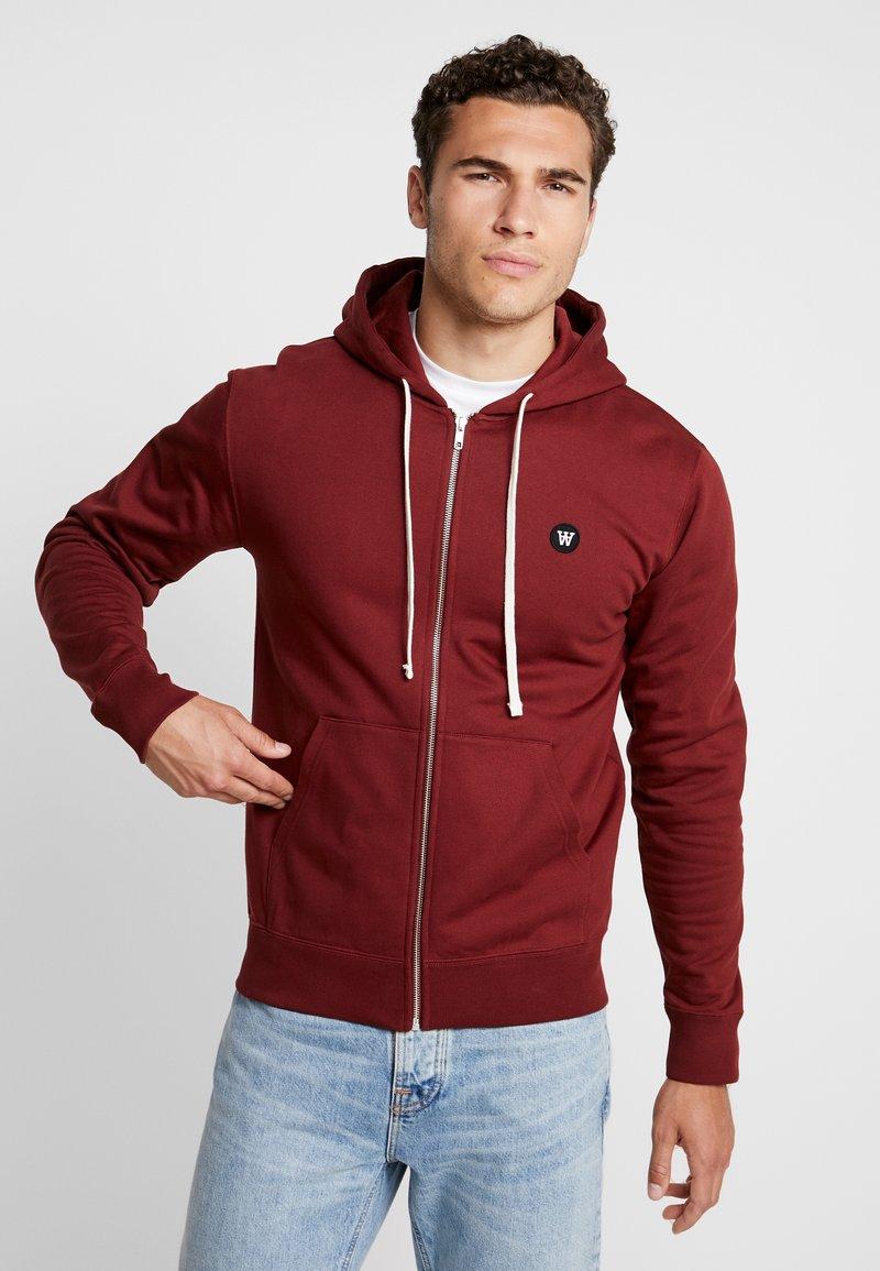 Wood Wood - DAN ZIP HOODIE - veste en sweat zippée - dark red