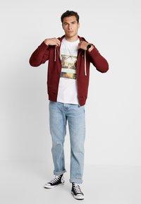 Wood Wood - DAN ZIP HOODIE - veste en sweat zippée - dark red - 1