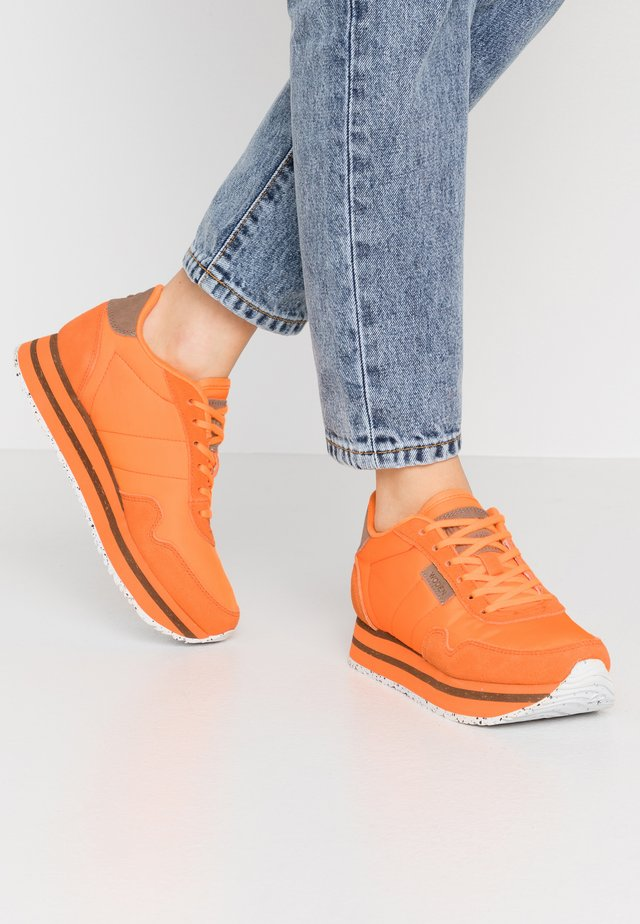 NORA PLATEAU - Joggesko - bright orange