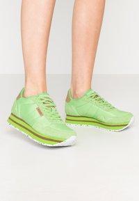 Woden - NORA II PLATEAU - Matalavartiset tennarit - neon grün - 0