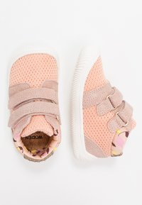 Woden - TRISTAN BABY - Baby shoes - pink/sand - 0