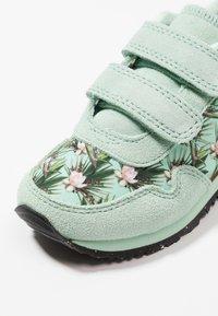 Woden - NORA FLOWER KIDS TEEN - Sneakersy niskie - misty jade - 2