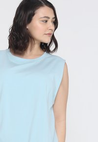 Wolf & Whistle - KNOT FRONT VEST CURVE - Top - sky - 3