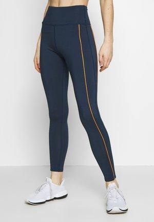 EXCLUSIVE TO ZALANDO CONTRAST PANEL LEGGINGS - Leggings - navy/orange