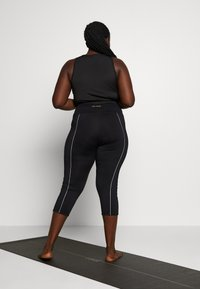 Wolf & Whistle - EXCLUSIVE LEGGINGS WITH REFLECTIVE STRIPS - 3/4 sportovní kalhoty - black - 2