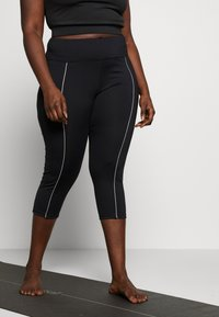 Wolf & Whistle - EXCLUSIVE LEGGINGS WITH REFLECTIVE STRIPS - 3/4 sportovní kalhoty - black - 0