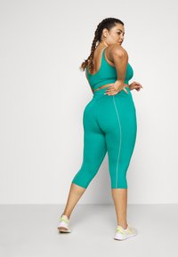 Wolf & Whistle - EXCLUSIVE LEGGINGS WITH REFLECTIVE STRIPS - 3/4 sportovní kalhoty - teal - 2