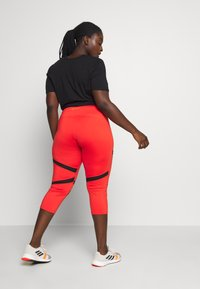 Wolf & Whistle - EXCLUSIVE CROPPED PANEL LEGGINGS - 3/4 sportovní kalhoty - red - 2