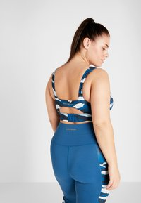 Wolf & Whistle - ABSTRACT ANIMAL CUT OUT BACK BRA CURVE - Biustonosz sportowy - blue - 2