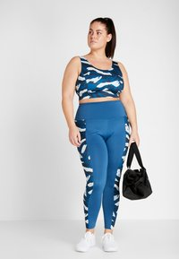 Wolf & Whistle - ABSTRACT ANIMAL CUT OUT BACK BRA CURVE - Biustonosz sportowy - blue - 1