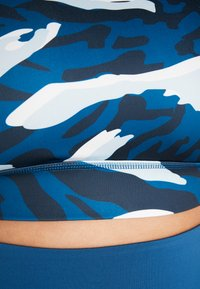 Wolf & Whistle - ABSTRACT ANIMAL CUT OUT BACK BRA CURVE - Biustonosz sportowy - blue - 5