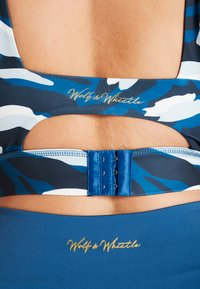 Wolf & Whistle - ABSTRACT ANIMAL CUT OUT BACK BRA CURVE - Biustonosz sportowy - blue - 3