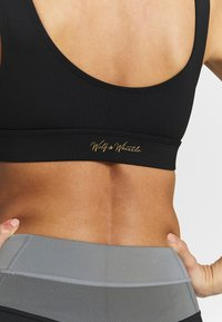 Wolf & Whistle - CUT OUT SPORTS BRA WITH REFLECTIVE STRIPS - Sport BH - black - 4
