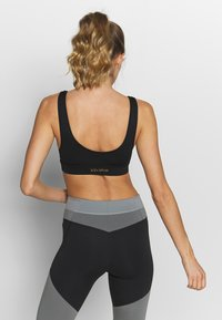 Wolf & Whistle - CUT OUT SPORTS BRA WITH REFLECTIVE STRIPS - Sport BH - black - 2