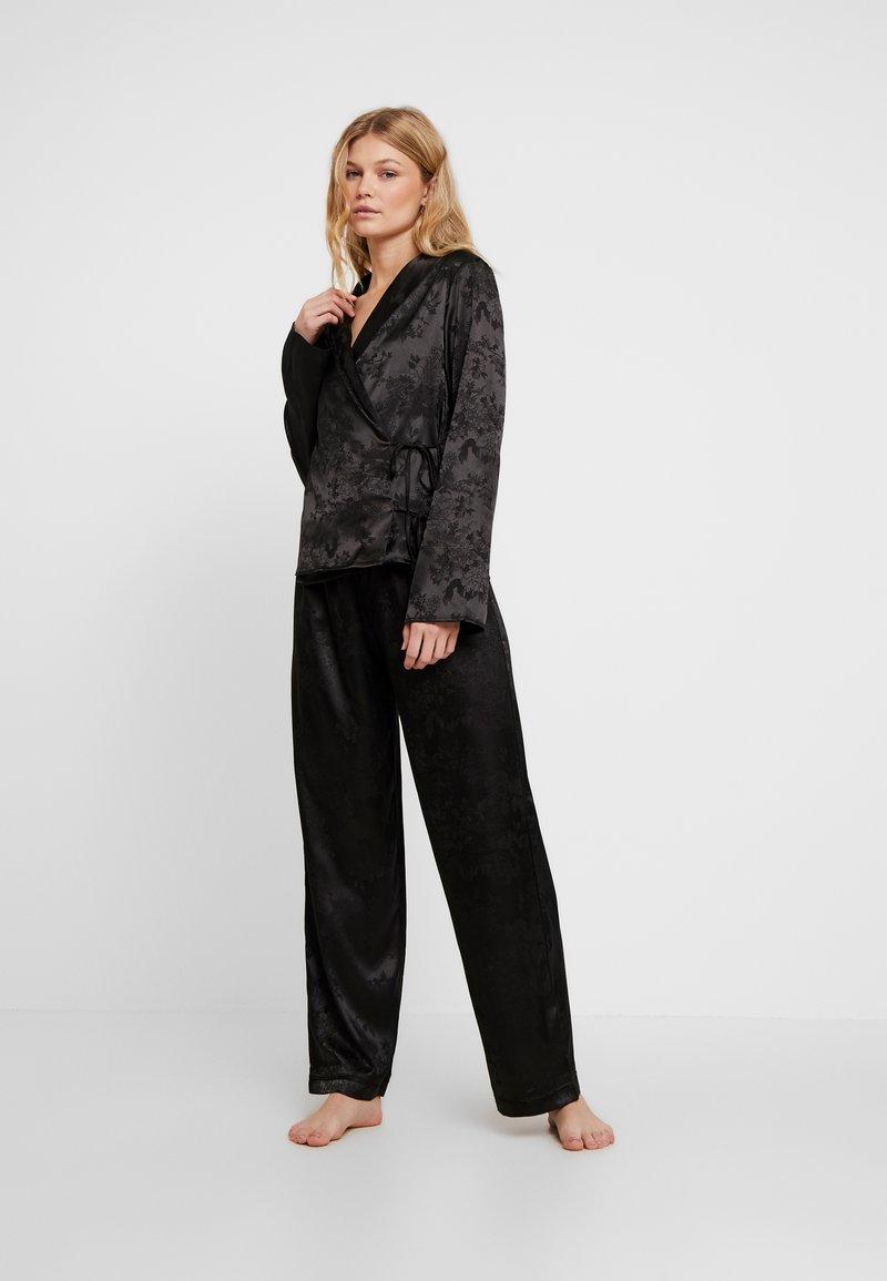 Wolf & Whistle - EDEN KNOT FRONT SET - Pyjamas - black