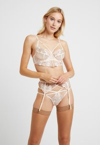 Wolf & Whistle - GRACE BLUSH EMBROIDERED SUSPENDER BELT - Sukkanauhaliivit - cream - 1
