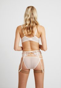 Wolf & Whistle - GRACE BLUSH EMBROIDERED SUSPENDER BELT - Sukkanauhaliivit - cream