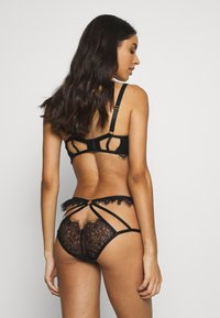 Wolf & Whistle - CHANTAL PLACEMENT CAGE BRAZILLIAN BRIEF - Kalhotky/slipy - black