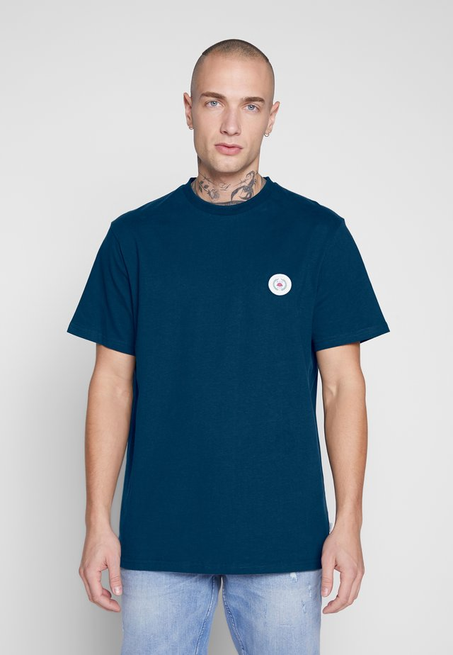 OUR JARVIS PATCH TEE - Print T-shirt - navy