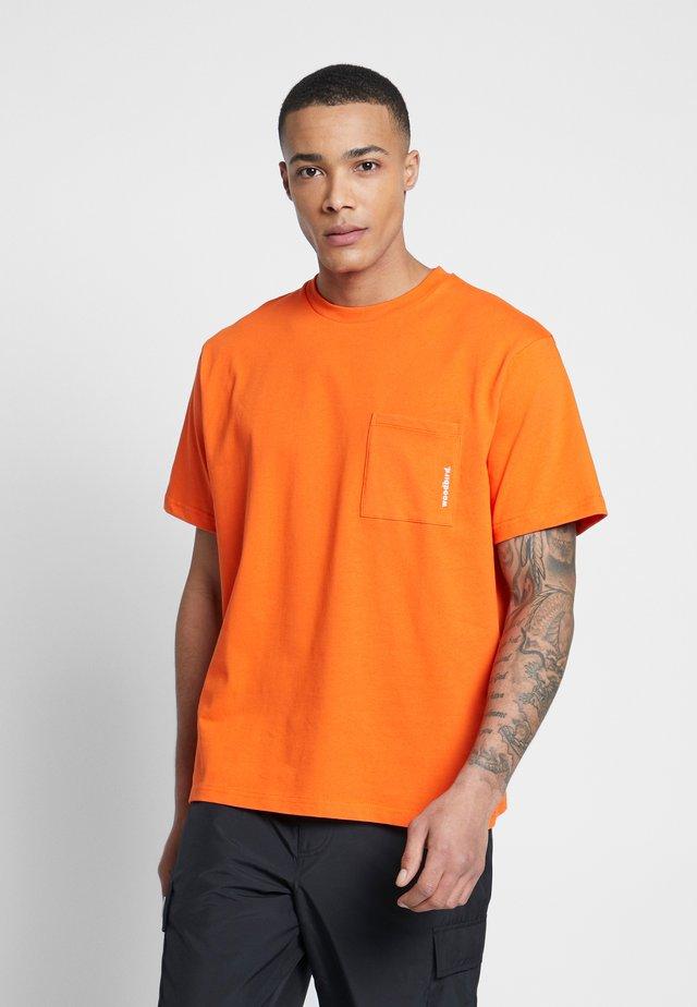 BOXY STENS TEE - T-shirt basic - orange heat