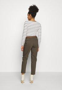 Wallis Petite - DOUBLE FACED BELTED CIGARETTE - Trousers - khaki - 2