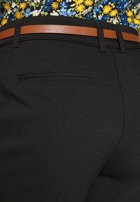 Wallis Petite - DOUBLE FACED BELTED CIGARETTE - Pantalon classique - black - 3