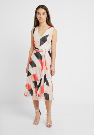 COLOUR BLOCK PLEAT DRESS - Maxiklänning - blush