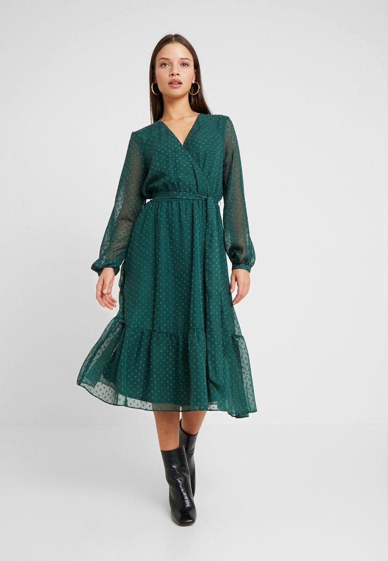 Wallis Petite - DOBBY TIERED MIDI DRESS - Korte jurk - forest green